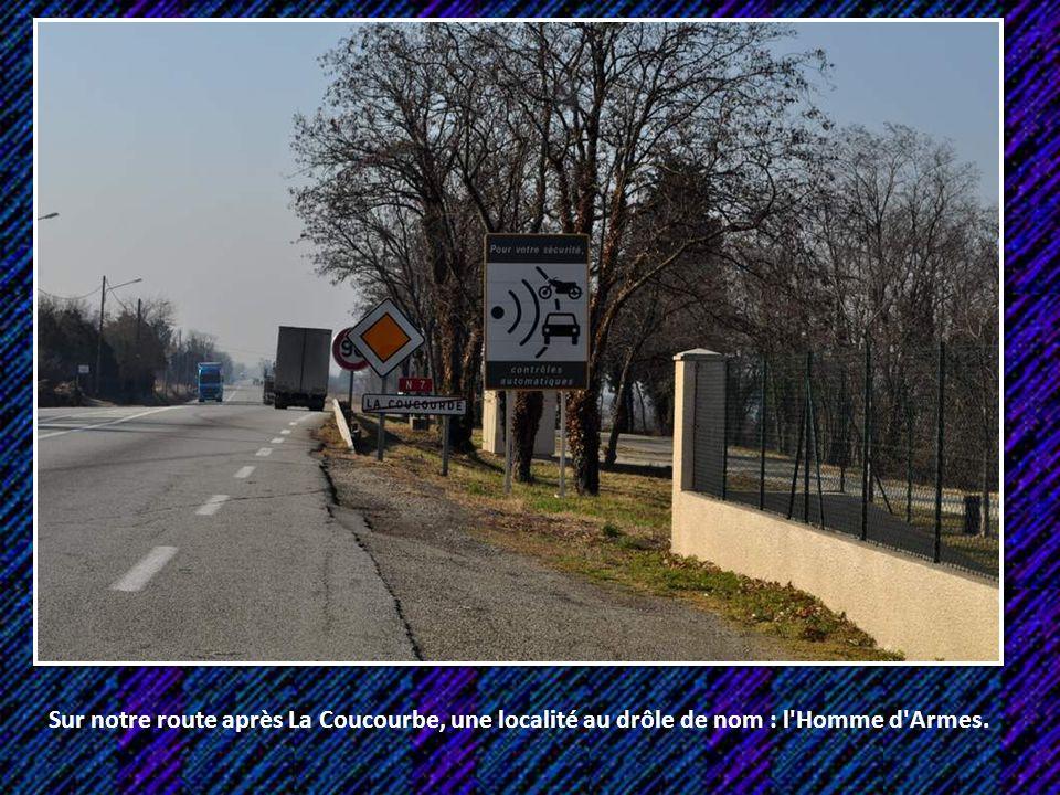 Sur notre route après La Coucourbe, une localité au drôle de nom : l Homme d Armes.