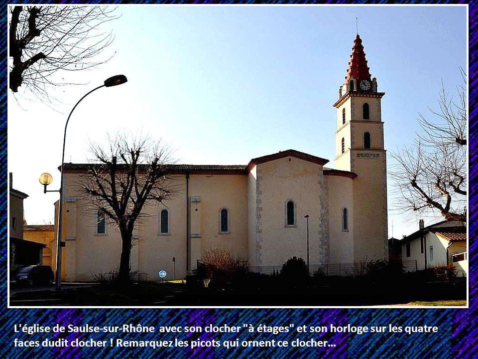 L église de Saulse-sur-Rhône avec son clocher à étages et son horloge sur les quatre faces dudit clocher .