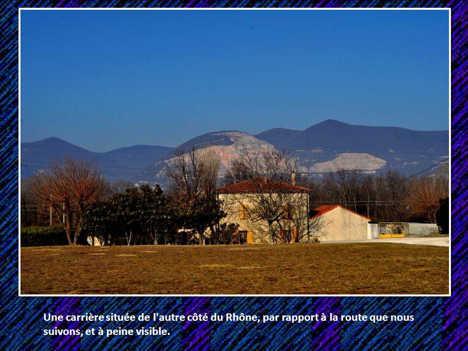 Une carrière située de l autre côté du Rhône, par rapport à la route que nous suivons, et à peine visible.