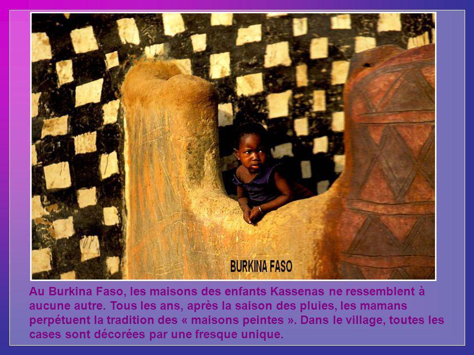 Au Burkina Faso, les maisons des enfants Kassenas ne ressemblent à aucune autre.