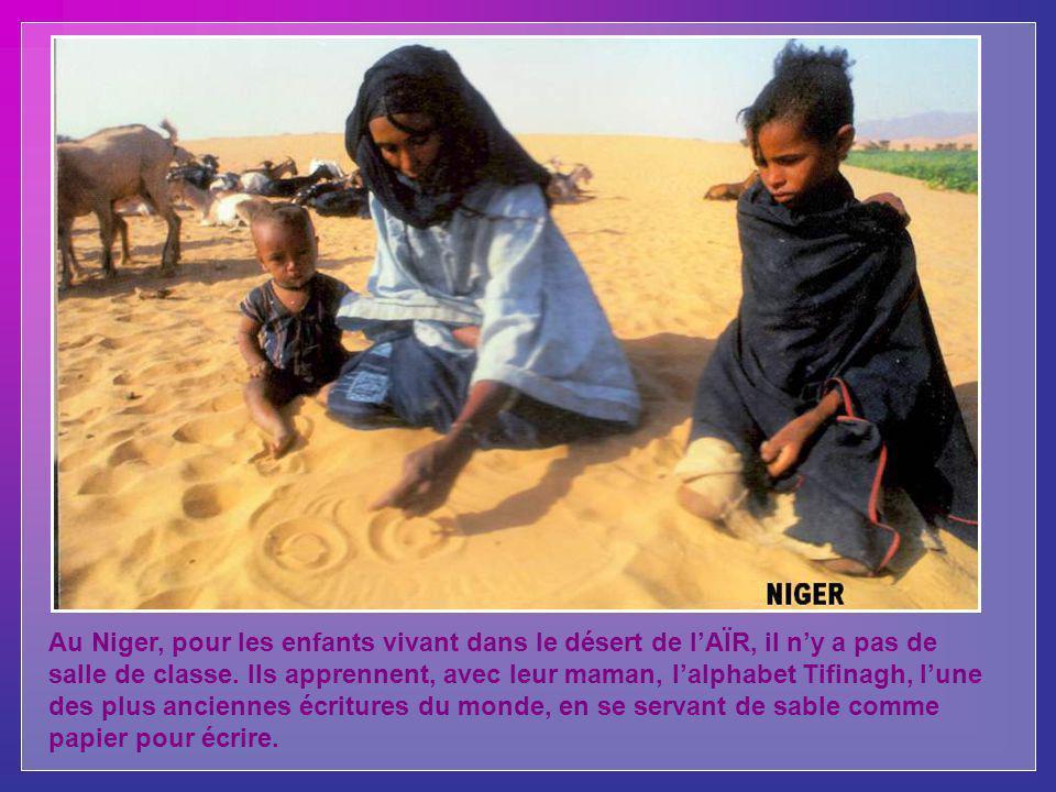 Au Niger, pour les enfants vivant dans le désert de l'AÏR, il n'y a pas de salle de classe.