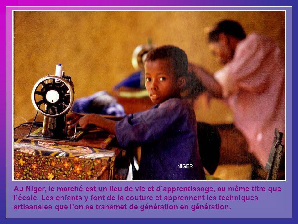Au Niger, le marché est un lieu de vie et d'apprentissage, au même titre que l'école.