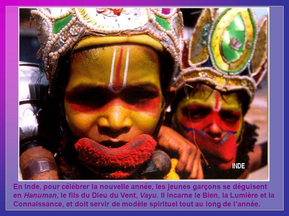 En Inde, pour célébrer la nouvelle année, les jeunes garçons se déguisent en Hanuman, le fils du Dieu du Vent, Vayu.