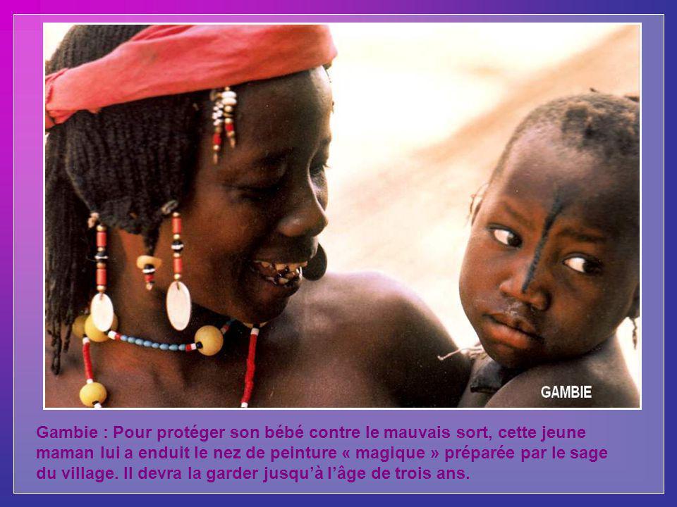 Gambie : Pour protéger son bébé contre le mauvais sort, cette jeune maman lui a enduit le nez de peinture « magique » préparée par le sage du village.