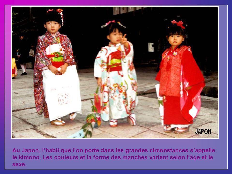Au Japon, l'habit que l'on porte dans les grandes circonstances s'appelle le kimono.