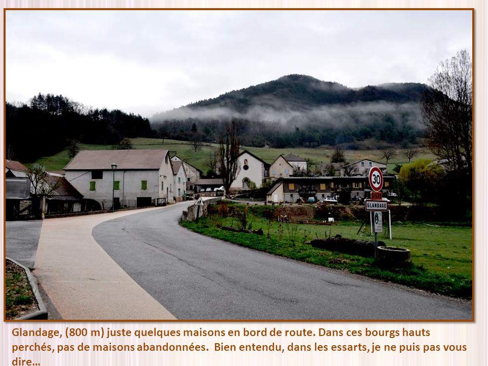 Glandage, (800 m) juste quelques maisons en bord de route