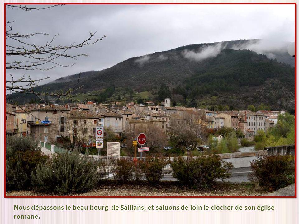 Nous dépassons le beau bourg de Saillans, et saluons de loin le clocher de son église romane.
