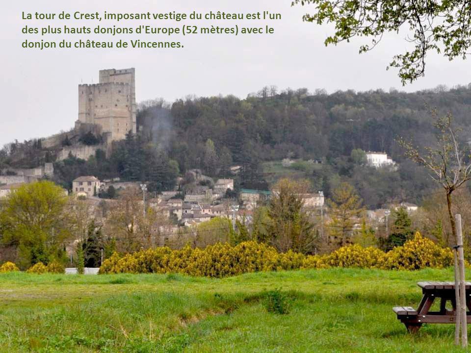 La tour de Crest, imposant vestige du château est l un des plus hauts donjons d Europe (52 mètres) avec le donjon du château de Vincennes.