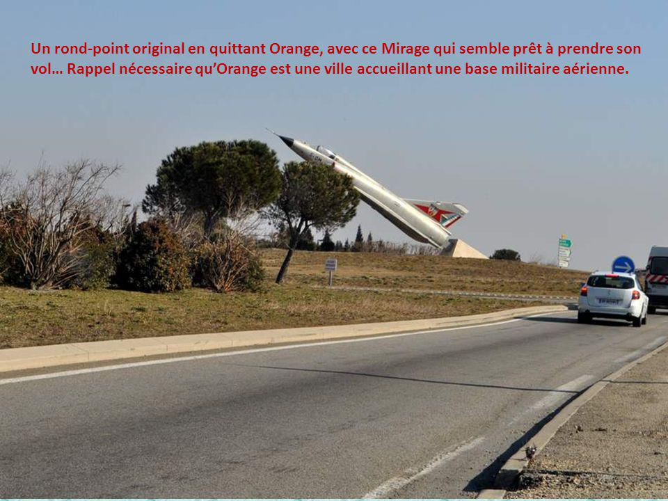 Un rond-point original en quittant Orange, avec ce Mirage qui semble prêt à prendre son vol… Rappel nécessaire qu'Orange est une ville accueillant une base militaire aérienne.