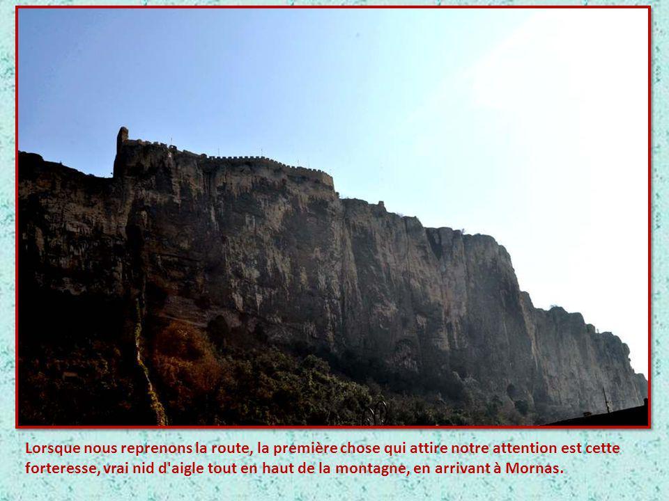 Lorsque nous reprenons la route, la première chose qui attire notre attention est cette forteresse, vrai nid d aigle tout en haut de la montagne, en arrivant à Mornas.