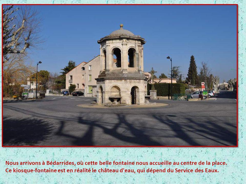 Nous arrivons à Bédarrides, où cette belle fontaine nous accueille au centre de la place.