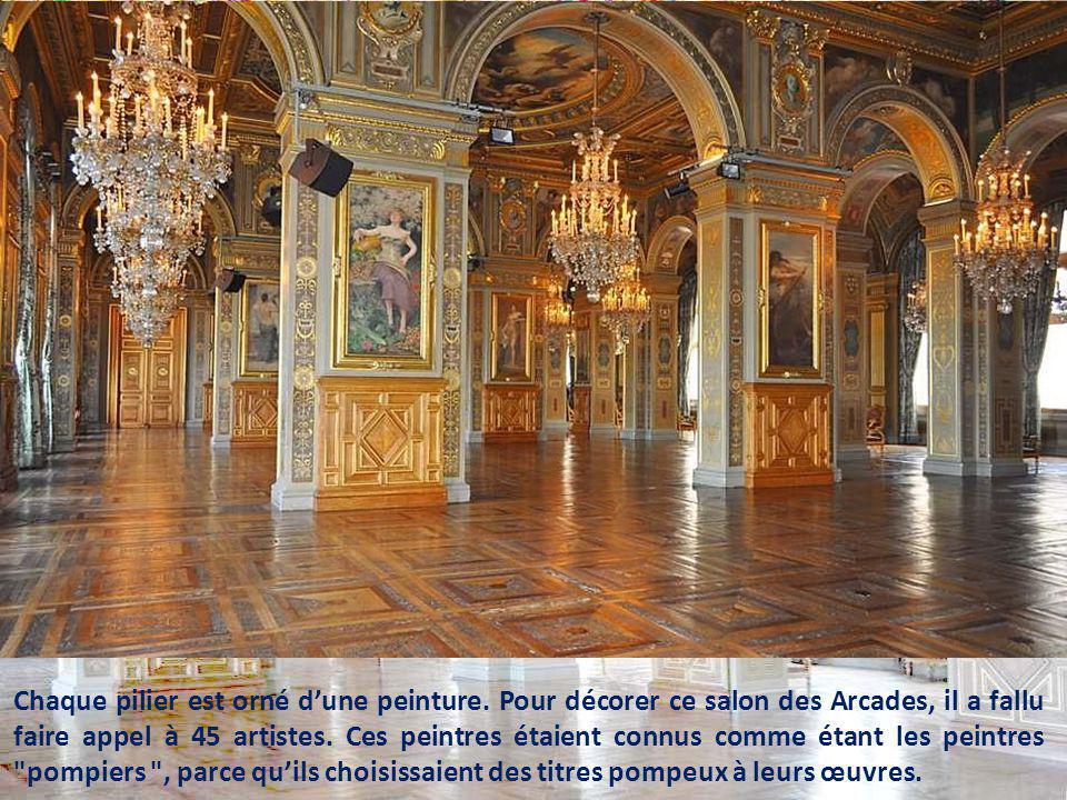 Chaque pilier est orné d'une peinture
