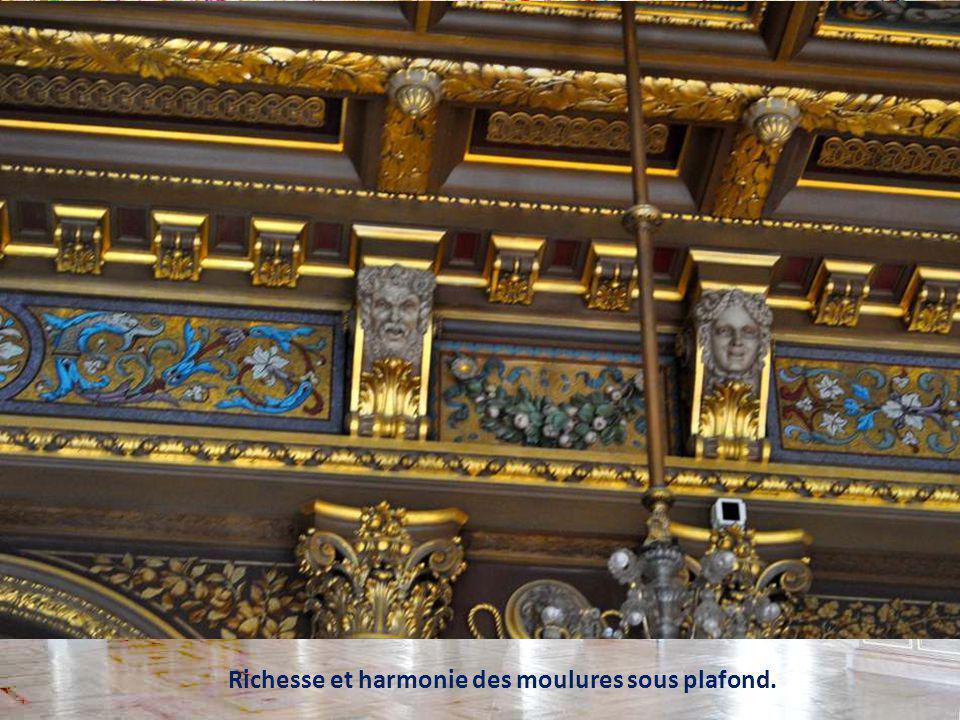 Richesse et harmonie des moulures sous plafond.
