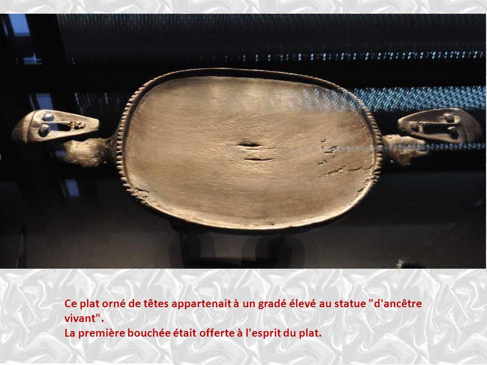 Ce plat orné de têtes appartenait à un gradé élevé au statue d ancêtre vivant .