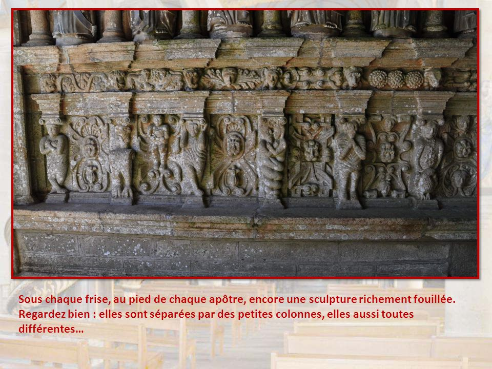 Sous chaque frise, au pied de chaque apôtre, encore une sculpture richement fouillée.