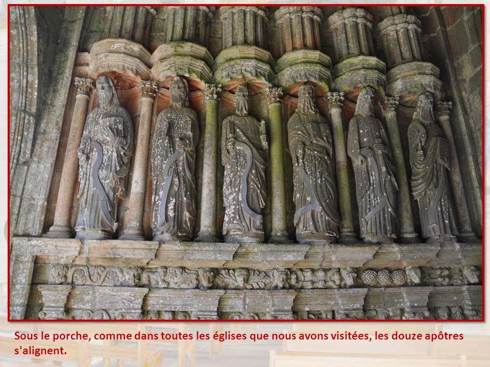 Sous le porche, comme dans toutes les églises que nous avons visitées, les douze apôtres s alignent.