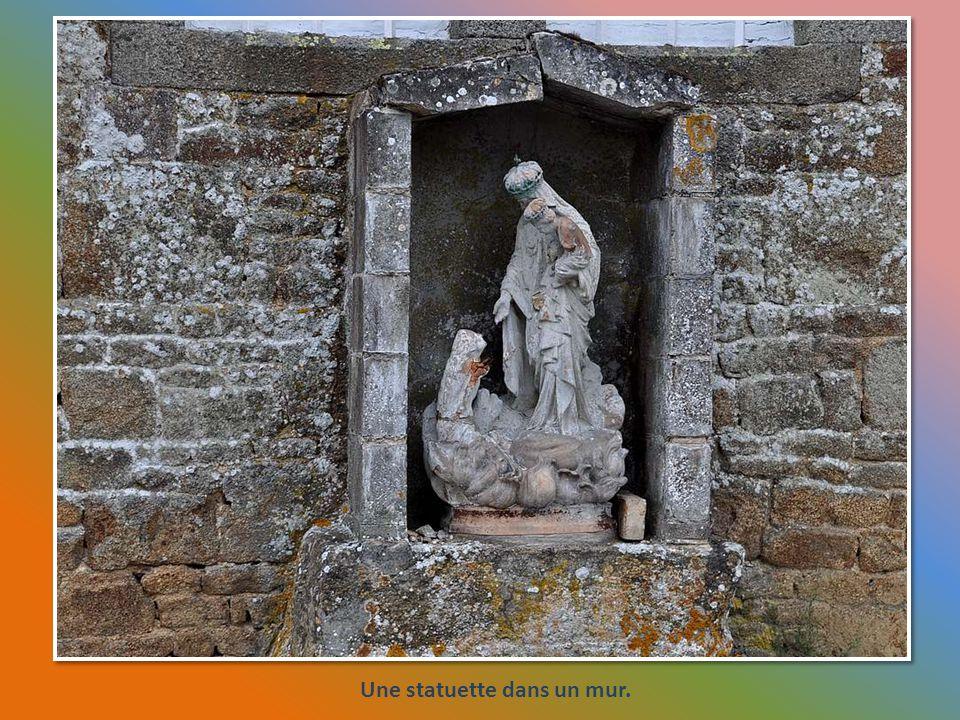 Une statuette dans un mur.