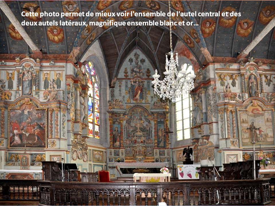Cette photo permet de mieux voir l ensemble de l autel central et des deux autels latéraux, magnifique ensemble blanc et or…