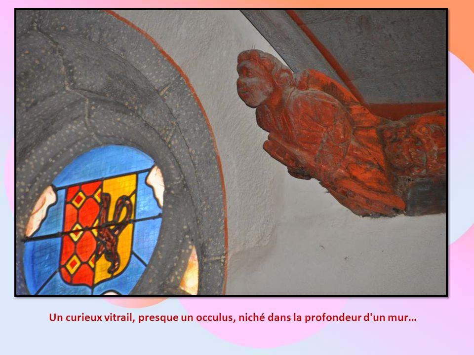 Un curieux vitrail, presque un occulus, niché dans la profondeur d un mur…