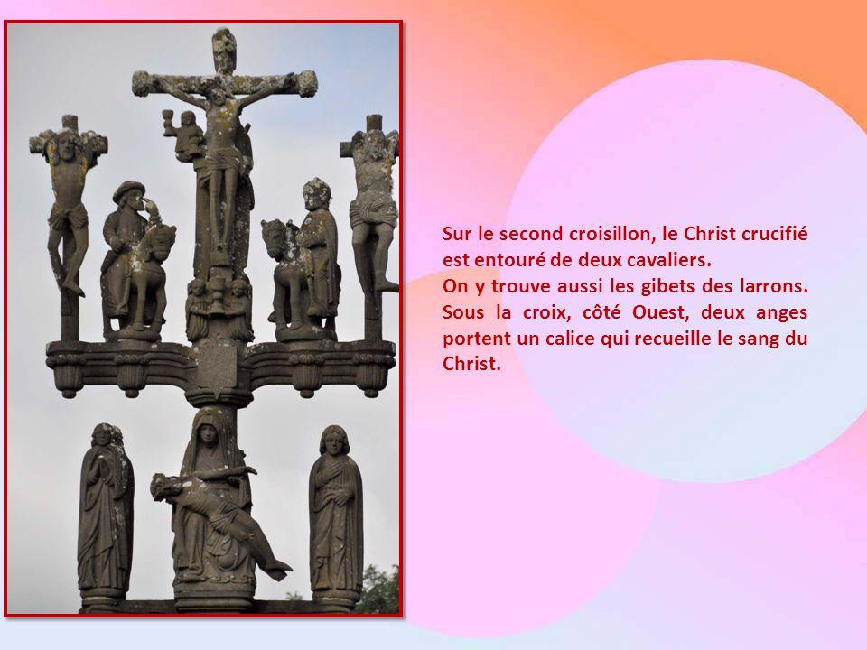 Sur le second croisillon, le Christ crucifié est entouré de deux cavaliers.