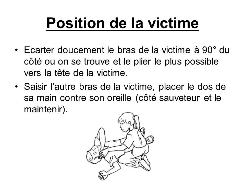 Position de la victime Ecarter doucement le bras de la victime à 90° du côté ou on se trouve et le plier le plus possible vers la tête de la victime.