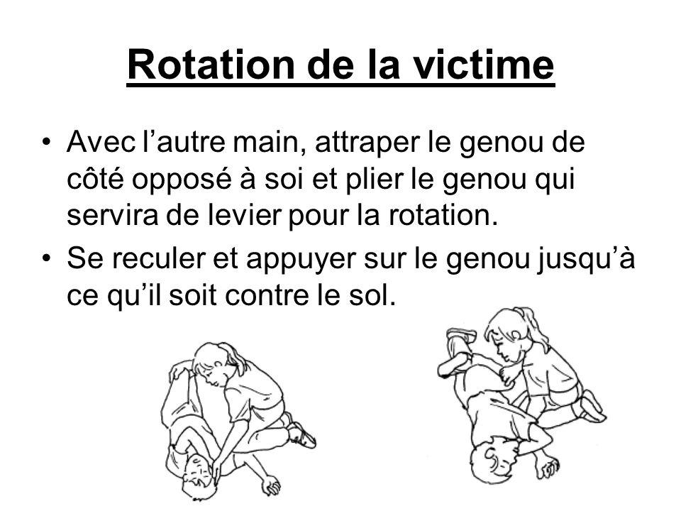 Rotation de la victime Avec l'autre main, attraper le genou de côté opposé à soi et plier le genou qui servira de levier pour la rotation.