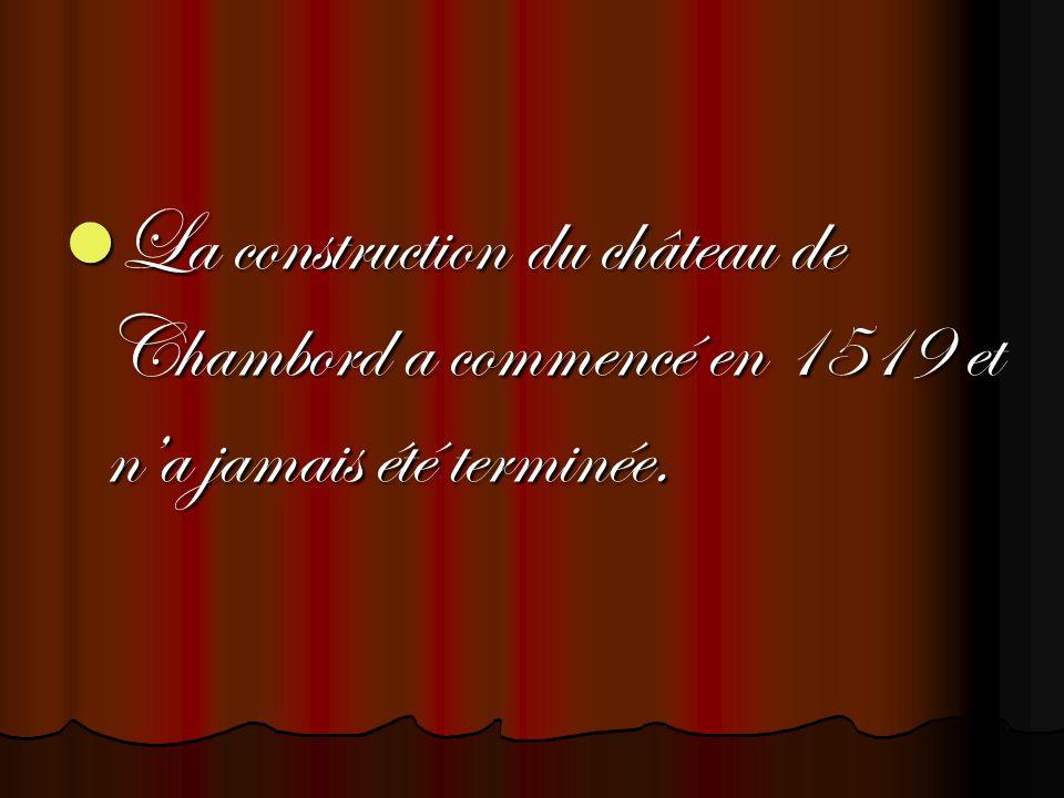 La construction du château de Chambord a commencé en 1519 et n'a jamais été terminée.