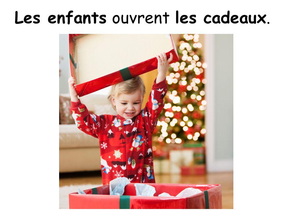 Les enfants ouvrent les cadeaux.