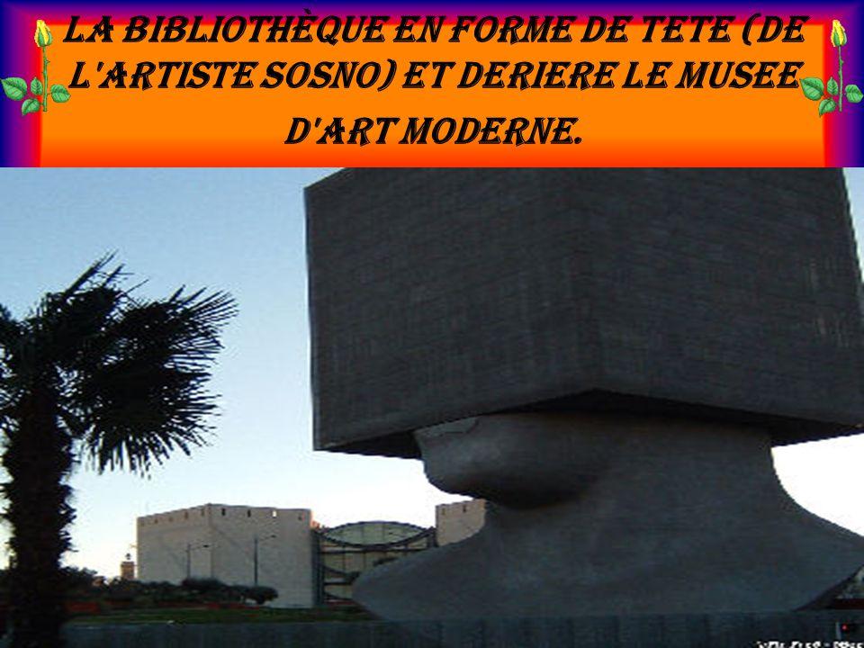 La bibliothèque en forme de tete (de l artiste Sosno) et deriere le musee d art moderne.