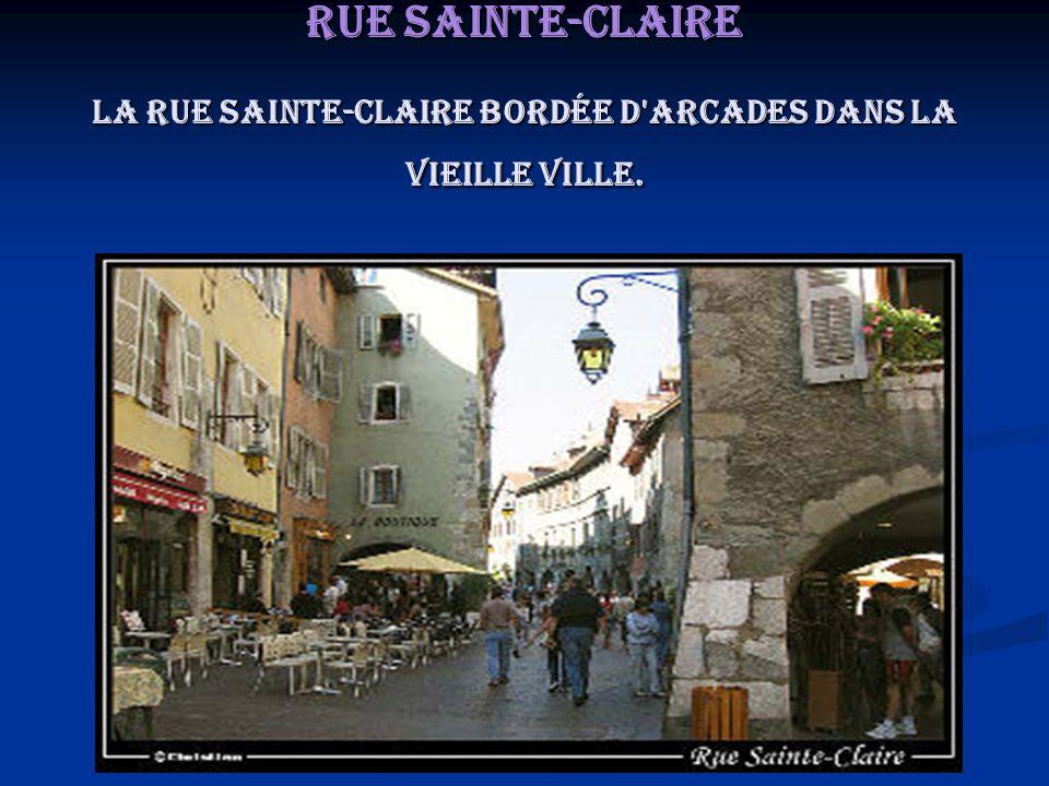 Rue Sainte-Claire La rue Sainte-Claire bordée d arcades dans la vieille ville.