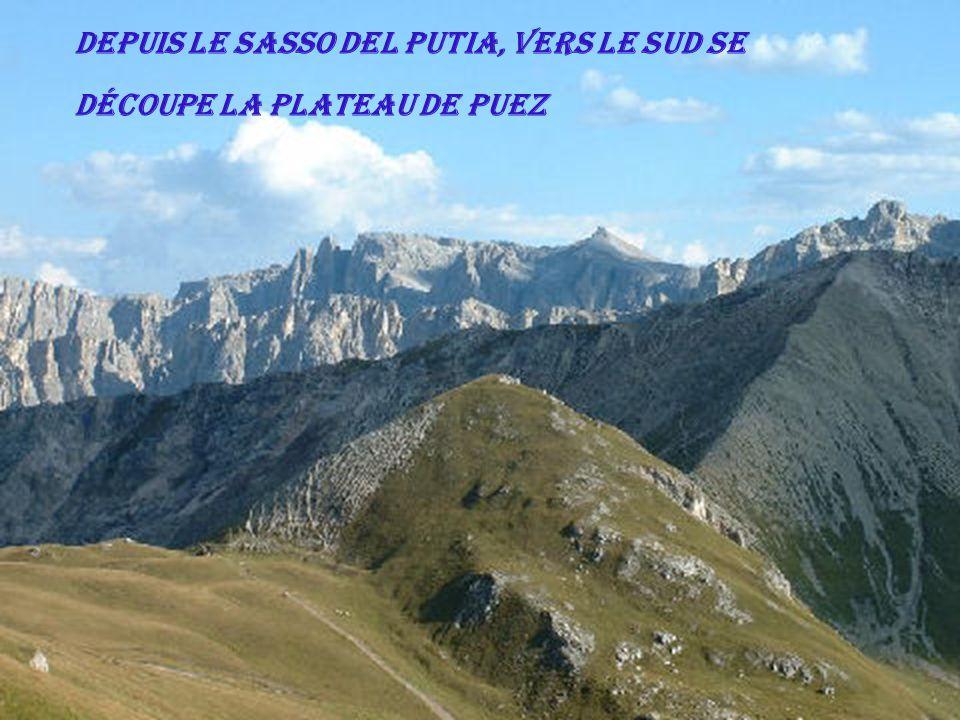 Depuis le Sasso del Putia, vers le sud se découpe la plateau de Puez
