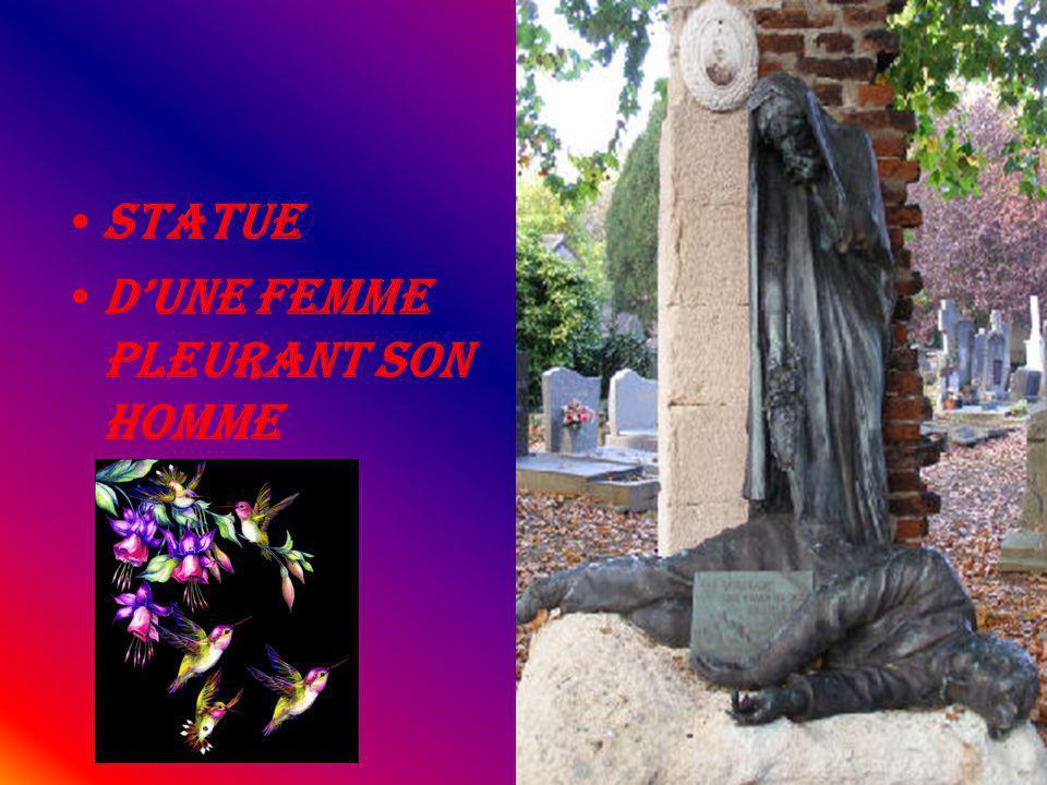 Statue d'une Femme pleurant son homme