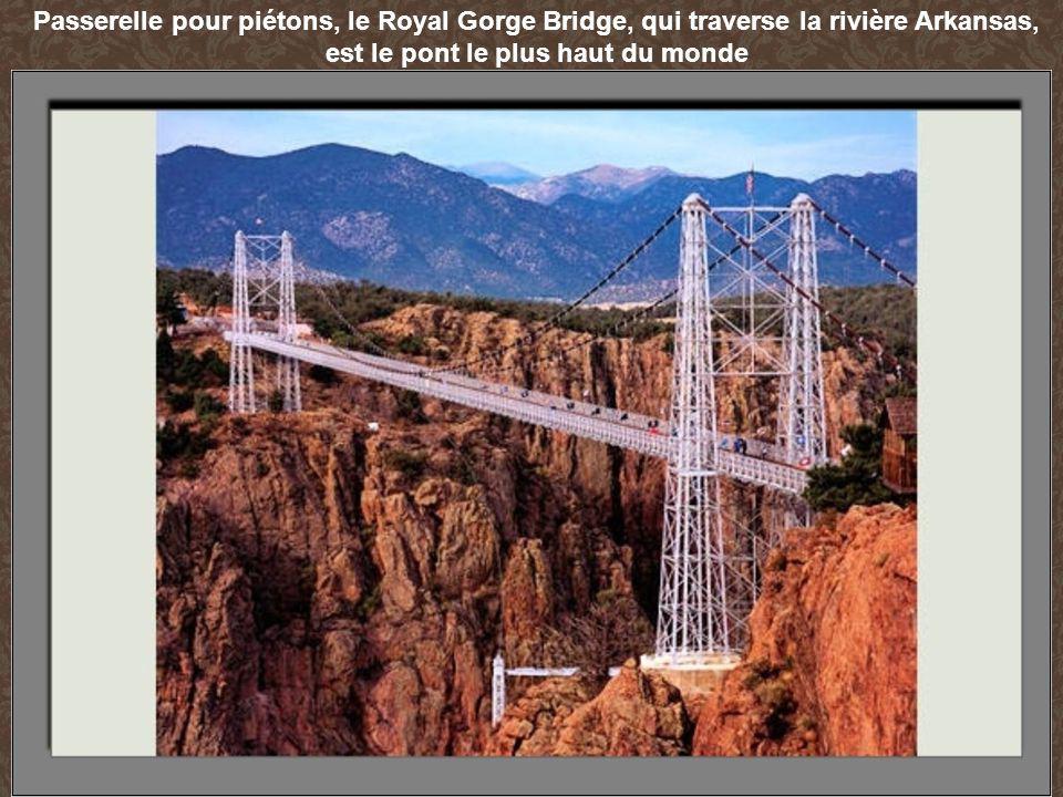 Passerelle pour piétons, le Royal Gorge Bridge, qui traverse la rivière Arkansas, est le pont le plus haut du monde