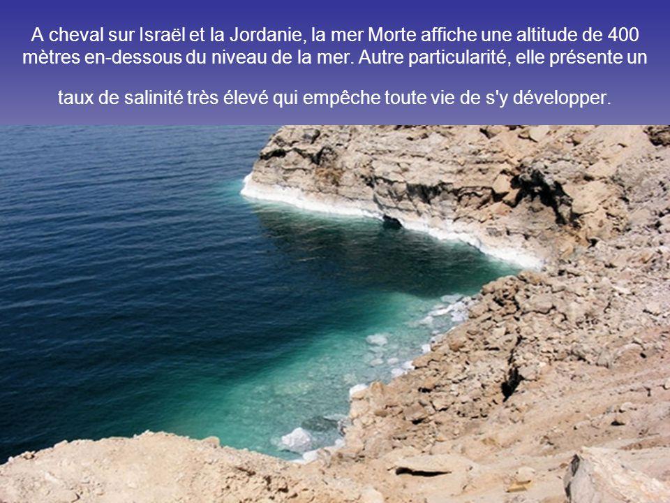 A cheval sur Israël et la Jordanie, la mer Morte affiche une altitude de 400 mètres en-dessous du niveau de la mer.