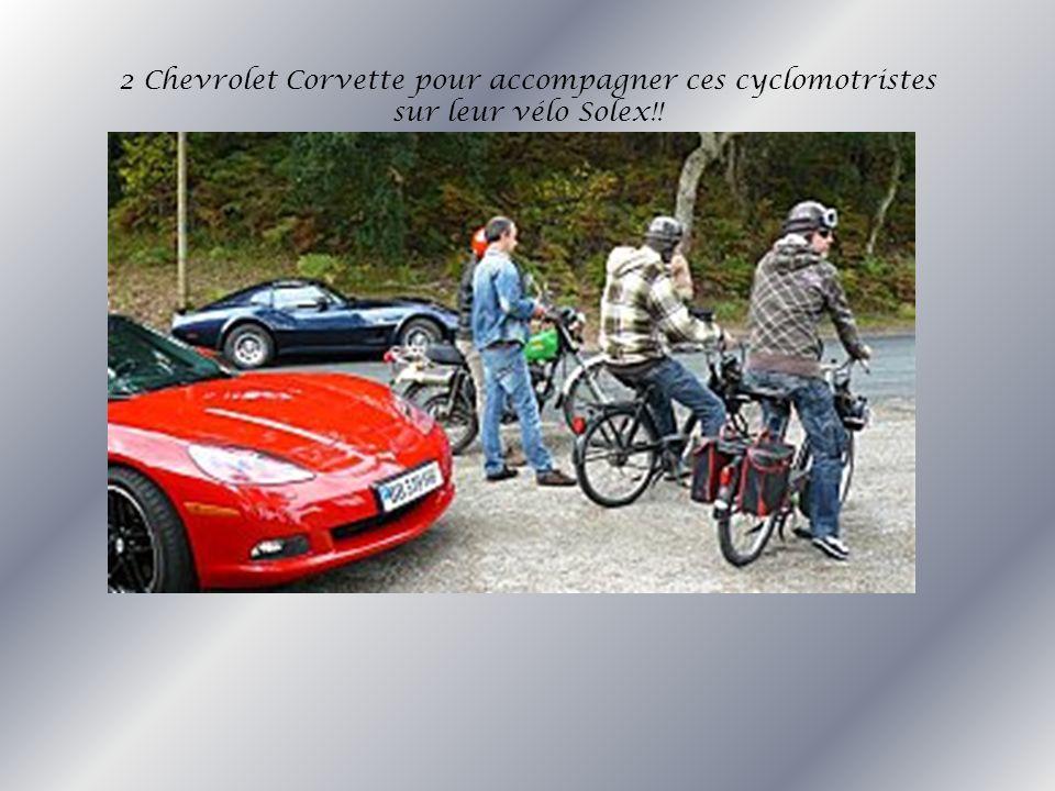 2 Chevrolet Corvette pour accompagner ces cyclomotristes sur leur vélo Solex!!