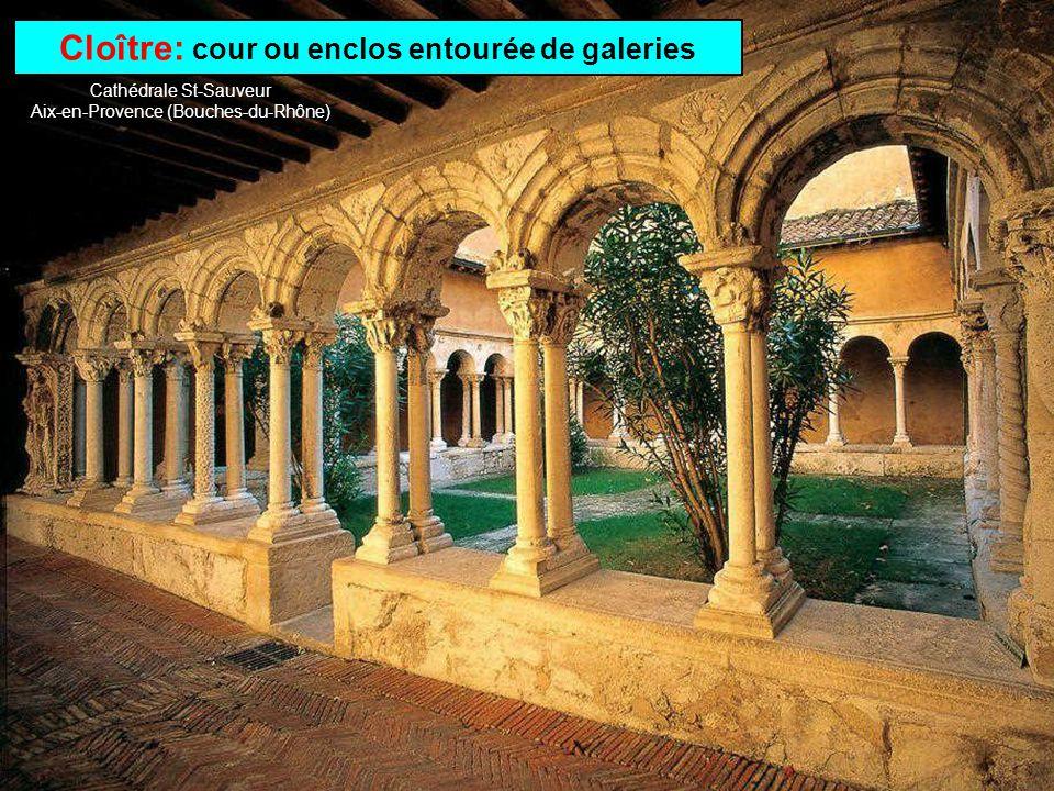 Cloître: cour ou enclos entourée de galeries