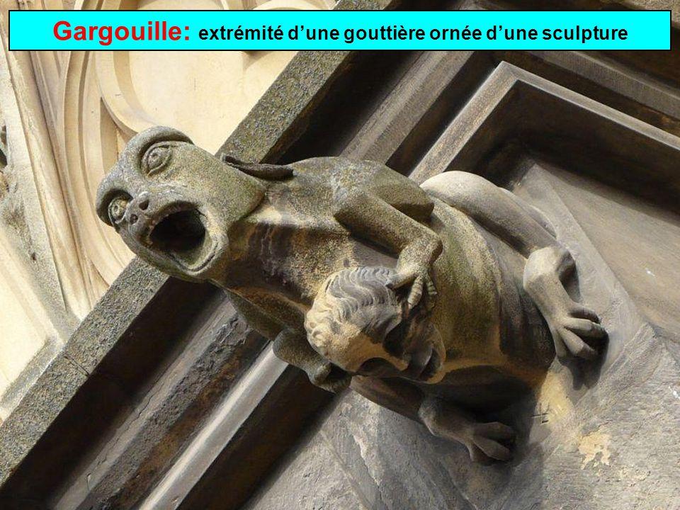 Gargouille: extrémité d'une gouttière ornée d'une sculpture