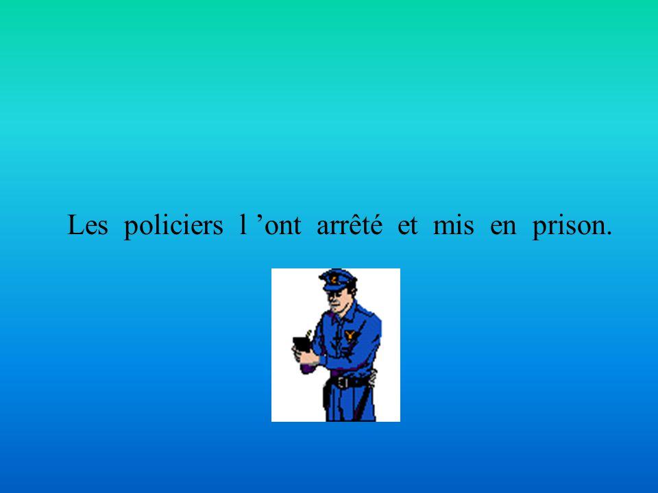Les policiers l 'ont arrêté et mis en prison.