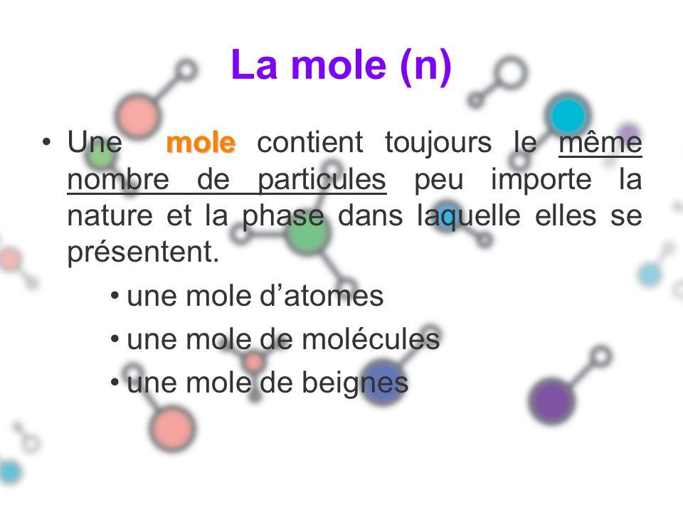 La mole (n) Une mole contient toujours le même nombre de particules peu importe la nature et la phase dans laquelle elles se présentent.