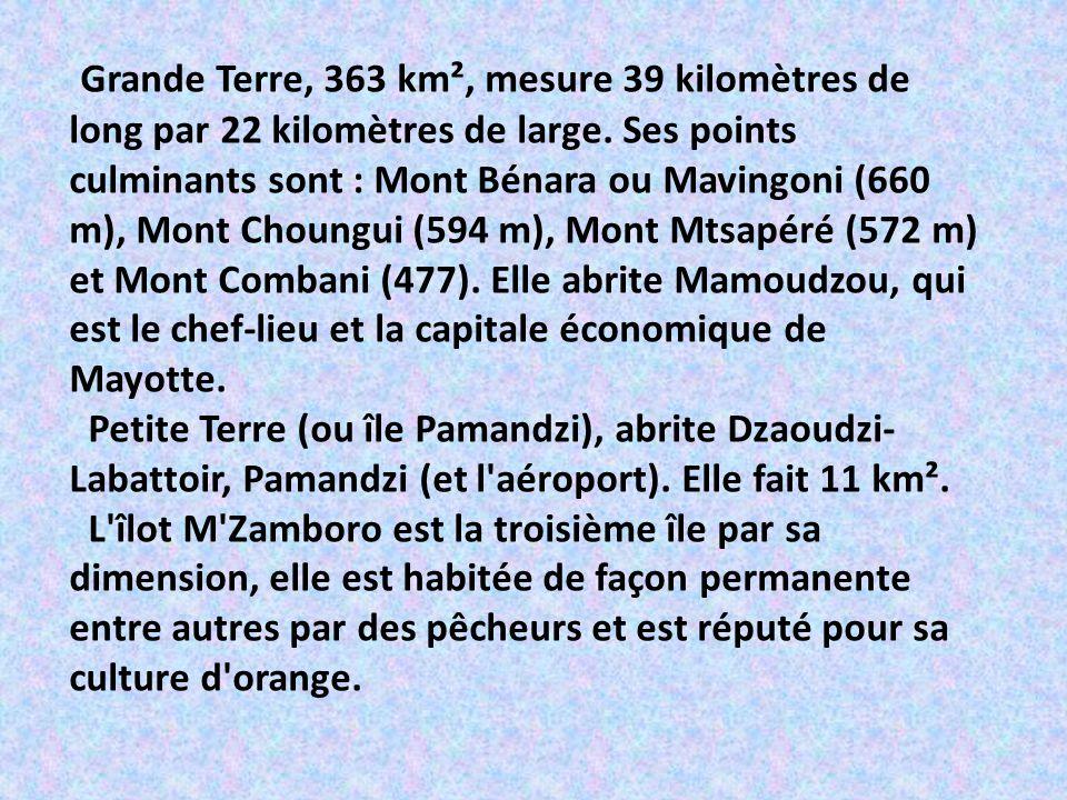 Grande Terre, 363 km², mesure 39 kilomètres de long par 22 kilomètres de large. Ses points culminants sont : Mont Bénara ou Mavingoni (660 m), Mont Choungui (594 m), Mont Mtsapéré (572 m) et Mont Combani (477). Elle abrite Mamoudzou, qui est le chef-lieu et la capitale économique de Mayotte.