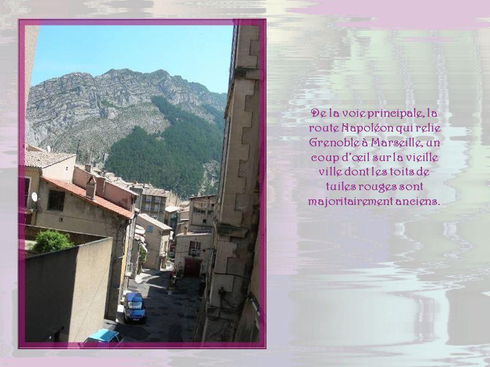 De la voie principale, la route Napoléon qui relie Grenoble à Marseille, un coup d'œil sur la vieille ville dont les toits de tuiles rouges sont majoritairement anciens.