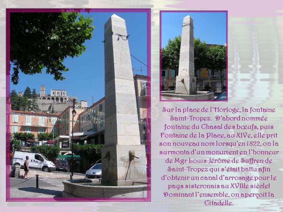 Sur la place de l'Horloge, la fontaine Saint-Tropez