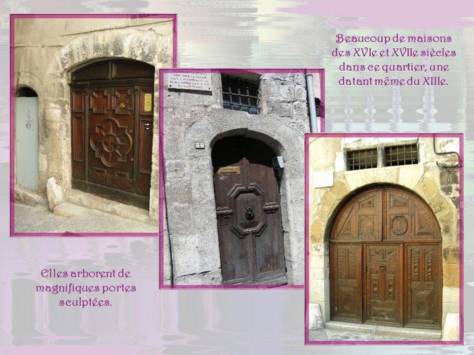 Elles arborent de magnifiques portes sculptées.