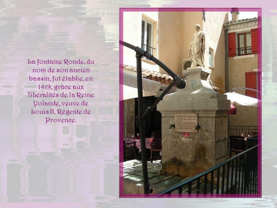 La fontaine Ronde, du nom de son ancien bassin, fut établie, en 1419, grâce aux libéralités de la Reine Yolande, veuve de Louis II, Régente de Provence.