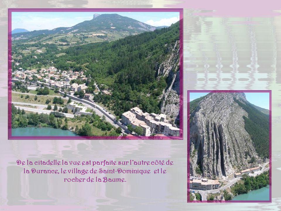 De la citadelle la vue est parfaite sur l'autre côté de la Durance, le village de Saint-Dominique et le rocher de la Baume.