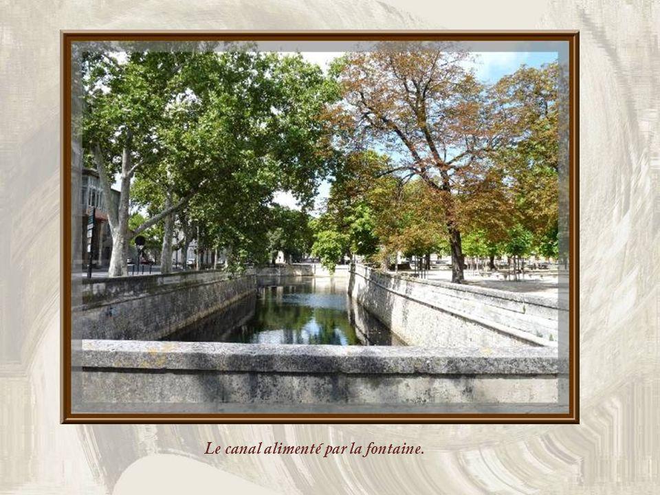 Le canal alimenté par la fontaine.