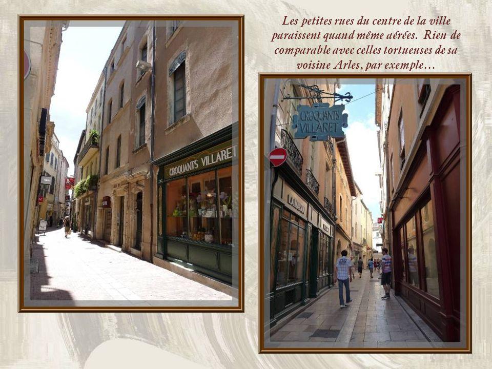 Les petites rues du centre de la ville paraissent quand même aérées