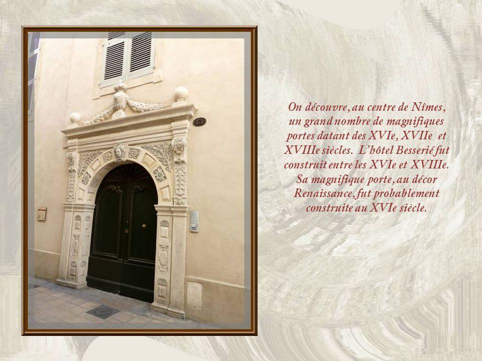 On découvre, au centre de Nîmes, un grand nombre de magnifiques portes datant des XVIe, XVIIe et XVIIIe siècles.
