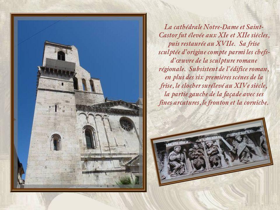 La cathédrale Notre-Dame et Saint-Castor fut élevée aux XIe et XIIe siècles, puis restaurée au XVIIe.