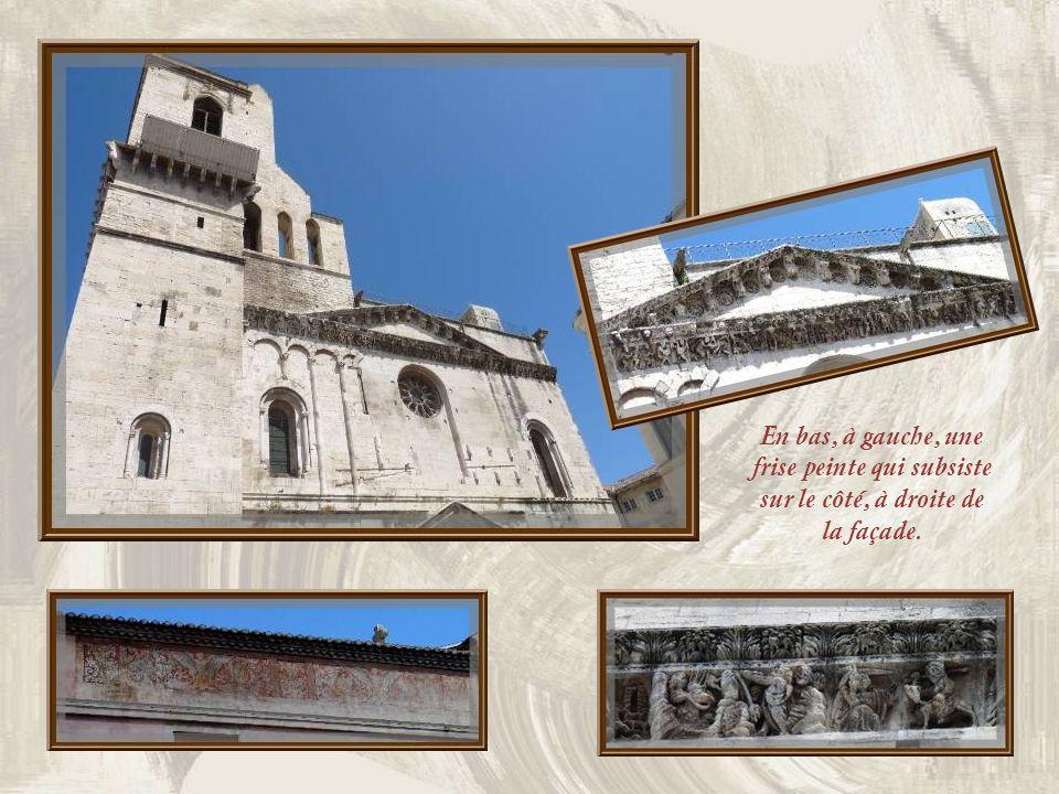 En bas, à gauche, une frise peinte qui subsiste sur le côté, à droite de la façade.